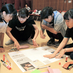 手作り壁新聞基に演劇創作 尼崎・ピッコロシアターで高校生ら